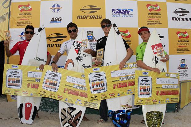 Italo Ferreira, Rafael Teixeira, Matheus Navarro e Deivid Silva, Mormaii Pro Junior 2011, Praia da Ferrugem, Garopaba (SC). Foto: Basílio Ruy