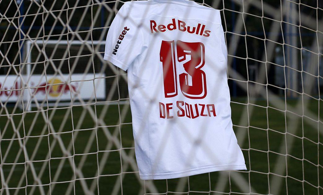 Jogadores do Red Bull Bragantino usam uniforme com nome de Adriano de Souza. Foto: Divulgação Red Bull