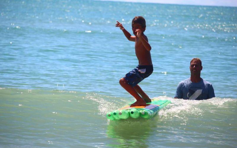 Surf com pranchas de garrafa pet, Rio Grande do Norte (RN). Foto: Divulgação ONG Garopaba