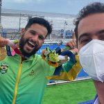 Italo Ferreira e repórter da Globo Guilherme Pereira, emoção nos Jogos de Tóquio 2021, Shidashita, Tsurigasaki Beach, Japão, Surf, Chiba, Olimpíadas, Ichinomiya. Foto: Reprodução