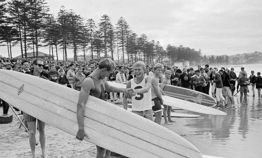 Bernard 'Midget' Farrelly, winner of the World Surfboard Championships em 1964, primeiro Mundial de Surf, Manly Beach, Austrália. Foto: Reprodução / National Archives Australia