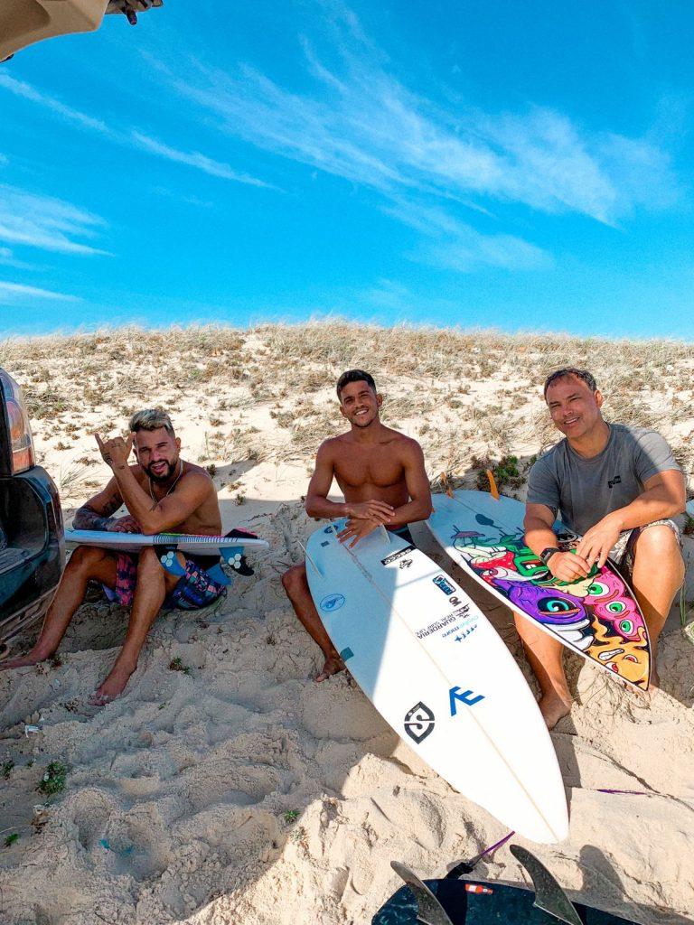 Italo Ferreira com o ex-companheiro de equipe Diego Mendes e o empresário Jaime Carneiro na Praia da Taíba, em São Gonçalo do Amarante (CE). Foto: @if15sports