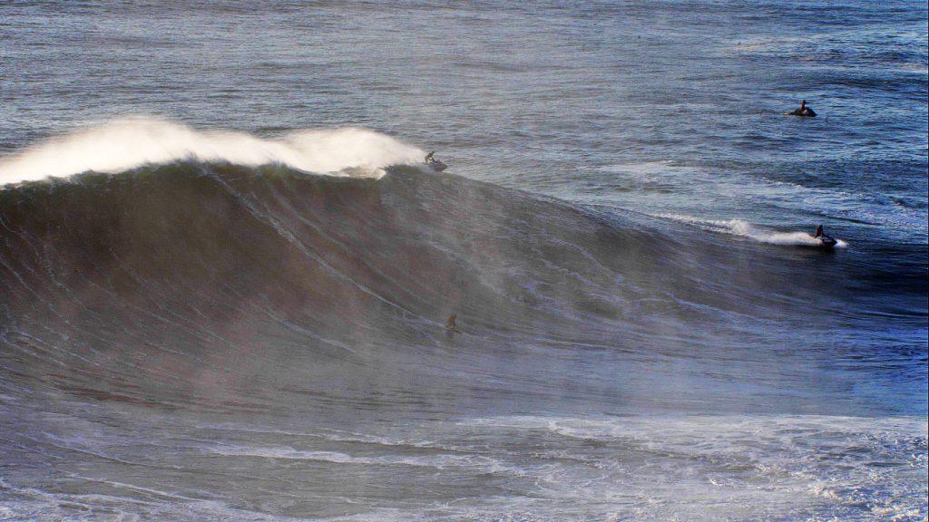 Italo Ferreira, Free Surf, Big Swell, Big Waves, Praia do Norte, Nazaré, Portugal, Tow in. Foto: @if15sports